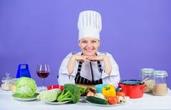 Μετά από μια υγιεινή ισορροπημένη διατροφή Όμορφος μάγειρας που παρουσιάζει τα φρέσκα λαχανικά για τη διατροφή detox Χαμηλά λαχαν στοκ φωτογραφία με δικαίωμα ελεύθερης χρήσης