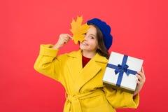 Μετά από να ψωνίσει Λίγα shopaholic με το τυλιγμένο πακέτο Μικρό κορίτσι που ψωνίζει για το παρόν Μικρό παιδί με το κιβώτιο δώρων στοκ εικόνες