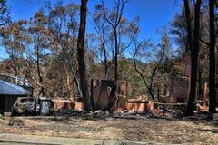 Μετά από την πυρκαγιά - μμένα σπίτια και οχήματα στοκ φωτογραφίες