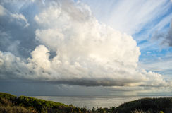Μετά από τη θύελλα… Θεαματικός cumulonimbus σχηματισμός σύννεφων Στοκ φωτογραφία με δικαίωμα ελεύθερης χρήσης
