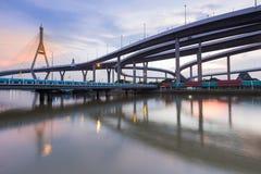 Μετά από το ηλιοβασίλεμα πέρα από την αναστολή η γέφυρα συνδέει με την ανταλλαγή εθνικών οδών, Μπανγκόκ Ταϊλάνδη στοκ εικόνες