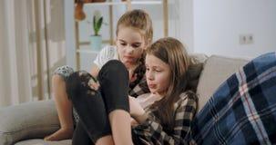 Μετά από το σχολείο δύο οι όμορφες αδελφές έχουν έναν χρόνο διασκέδαση απόθεμα βίντεο