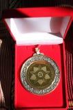 Μετάλλιο αξιοσημείωτο σε ένα κόκκινο κιβώτιο Στοκ Φωτογραφίες