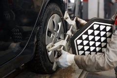 Μεταβαλλόμενη ρόδα αυτοκινήτων μηχανικών στο αυτόματο κατάστημα επισκευής Στοκ Φωτογραφίες