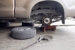 Μεταβαλλόμενη ρόδα αυτοκινήτων στο γκαράζ Εργαλεία και εξαρτήματα για το αυτοκίνητο ρ Στοκ εικόνες με δικαίωμα ελεύθερης χρήσης