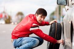Μεταβαλλόμενη ρόδα νεαρών άνδρων στο δρόμο μετά από τη διακοπή Στοκ Εικόνες