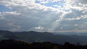 Μεταβαλλόμενος καιρός επάνω από την έκταση λόφων με την κίνηση των σύννεφων και των ακτίνων ήλιων απόθεμα βίντεο