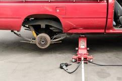 Μεταβαλλόμενη ρόδα αυτοκινήτων με το γρύλο χεριών Στοκ φωτογραφία με δικαίωμα ελεύθερης χρήσης