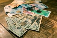 Μεταβλητά τραπεζογραμμάτια στον ξύλινο πίνακα, ανταλλαγή νομίσματος Στοκ Φωτογραφία