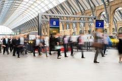 Μετακίνηση ανθρώπων θαμπάδων υπόγειων μετρό τραίνων του Λονδίνου Στοκ Εικόνα
