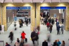 Μετακίνηση ανθρώπων θαμπάδων υπόγειων μετρό τραίνων του Λονδίνου Στοκ Εικόνες