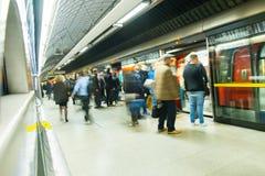 Μετακίνηση ανθρώπων θαμπάδων υπόγειων μετρό τραίνων του Λονδίνου Στοκ εικόνα με δικαίωμα ελεύθερης χρήσης
