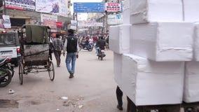 Μετακίνηση ανθρώπων στην πολυάσχολη ινδική οδό με παλαιό απόθεμα βίντεο