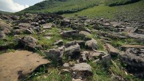 Μετακίνηση καμερών επάνω από τους βράχους βουνών φιλμ μικρού μήκους