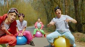 Μετακίνηση μέσω των τραγουδώντας ανθρώπων απόθεμα βίντεο
