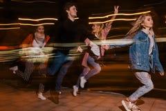 Μετακίνηση νεολαίας στην πόλη νύχτας ανασκόπηση που θολώνεται Στοκ φωτογραφία με δικαίωμα ελεύθερης χρήσης