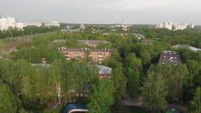 Μετακίνηση πέρα από την παλαιά τούβλο-χτισμένη γειτονιά στη Μόσχα, Ρωσία απόθεμα βίντεο