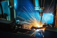 Μετακίνηση ρομπότ συγκόλλησης σε ένα εργοστάσιο αυτοκινήτων Στοκ εικόνα με δικαίωμα ελεύθερης χρήσης