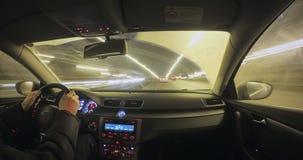 Μετακίνηση του αυτοκινήτου στη νύχτα φιλμ μικρού μήκους