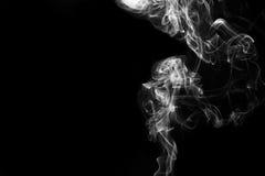Μετακίνηση του καπνού στο σκοτάδι Στοκ Εικόνες