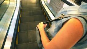 Μετακίνηση του χεριού γυναικών ` s στα κιγκλιδώματα κυλιόμενων σκαλών , σε αργή κίνηση, κινηματογράφηση σε πρώτο πλάνο απόθεμα βίντεο