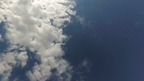 Μετακίνηση των άσπρων σύννεφων ενάντια σε έναν μπλε ουρανό φιλμ μικρού μήκους