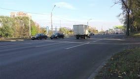 Μετακίνηση των αυτοκινήτων δρόμος πόλεων στο μεγάλο τρόπο απόθεμα βίντεο