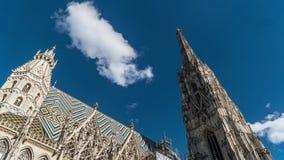 Μετακίνηση των σύννεφων πέρα από τον καθεδρικό ναό του ST Stephen στη Βιέννη απόθεμα βίντεο