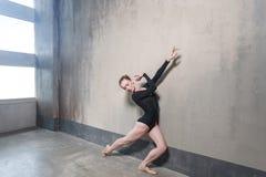 Μετακίνηση Ballerina στην κλασική τοποθέτηση μπαλέτου κοντά στο παράθυρο στοκ φωτογραφίες