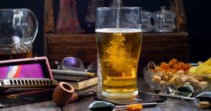 Μετακινηθείτε την άποψη βράσης μιας κρύας πίντας του ξανθού γερμανικού ζύού μπύρας που χύνεται σε ένα μπαρ απόθεμα βίντεο
