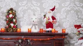 Μετακινηθείτε την εστίαση ραφιών από το χριστουγεννιάτικο δέντρο στη διακοσμημένη εστία απόθεμα βίντεο