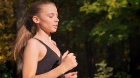 Μετακινηθείτε τον πυροβολισμό, από το από κατω έως επάνω νέο λεπτό κορίτσι στο jumpsuit που πηγαίνει στο φθινοπωρινό πάρκο φιλμ μικρού μήκους