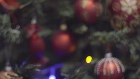 Μετακινηθείτε τον πυροβολισμό εστιάζοντας στα Χριστούγεννα και τη νέα διακόσμηση έτους Θολωμένο περίληψη υπόβαθρο διακοπών Bokeh  απόθεμα βίντεο
