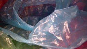 Μετακινηθείτε τον πυροβολισμό μέσω του μίας χρήσης υποβάθρου πλαστικών τσαντών Διαφανή, επαναχρησιμοποιήσιμα πλαστικά απόβλητα Πλ απόθεμα βίντεο