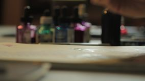 Μετακινηθείτε τον πυροβολισμό μιας ζωγραφικής καλλιτεχνών απόθεμα βίντεο