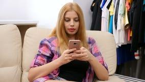 Μετακινηθείτε τον πυροβολισμό της γυναίκας χρησιμοποιώντας ένα smartphone φιλμ μικρού μήκους