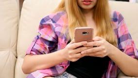 Μετακινηθείτε τον πυροβολισμό της unrecognisable γυναίκας χρησιμοποιώντας το smartphone της φιλμ μικρού μήκους