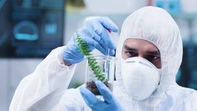 Μετακινηθείτε τον πυροβολισμό του επιστήμονα στην άσπρη φόρμα που κάνει τα πειράματα στις εγκαταστάσεις φιλμ μικρού μήκους