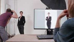 Μετακινηθείτε τον πυροβολισμό του πελάτη που εξετάζει τις εικόνες που ο φωτογράφος παίρνει το σύνολο απόθεμα βίντεο