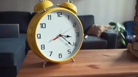 Μετακινηθείτε τον πυροβολισμό του ραφιού με το μεγάλο κίτρινο ρολόι και το σωρό των βιβλίων φιλμ μικρού μήκους