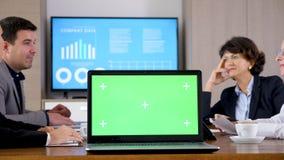 Μετακινηθείτε τον πυροβολισμό του lap-top με την πράσινη χλεύη χρώματος οθόνης επάνω απόθεμα βίντεο