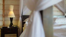 Μετακινηθείτε το βίντεο της πολυτελούς άνετης κρεβατοκάμαρας ξενοδοχείων απόθεμα βίντεο