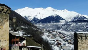 Μετακινηθείτε το ζουμ μέσα στο όμορφο βουνό που καλύπτεται στο χιόνι και τα δέντρα, 4k απόθεμα βίντεο
