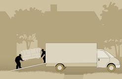 Μετακινούμενοι που ανυψώνουν τον καναπέ στην κίνηση του φορτηγού Στοκ φωτογραφίες με δικαίωμα ελεύθερης χρήσης