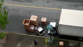 Μετακινούμενοι που ξεφορτώνουν τις ηλεκτρικές εγχώριες συσκευές απόθεμα βίντεο
