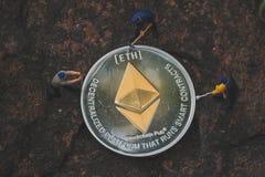 Μεταλλεία και ορυχείο ETH Ethereum στις συσκευές σας με το αφιερωμένο εξάγοντας λογισμικό μας cryptocurrency μεταλλείας στοκ φωτογραφία με δικαίωμα ελεύθερης χρήσης