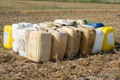 Μεταλλικά κουτιά με τις χημικές ουσίες στοκ εικόνες με δικαίωμα ελεύθερης χρήσης