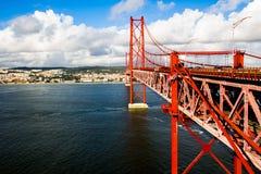 μεταλλική κόκκινη αναστολή της Λισσαβώνας γεφυρών Στοκ Φωτογραφία