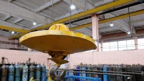 Μεταλλικός βιομηχανικός γάντζος για την ανύψωση των βαριών πραγμάτων στο εργοστάσιο Γάντζοι γερανών σε μια παχιά αλυσίδα μέσα στο απόθεμα βίντεο
