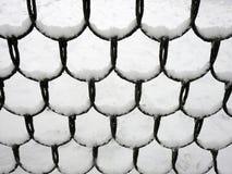 Μεταλλικός φράκτης με το χιόνι το χειμώνα, Λιθουανία στοκ εικόνες